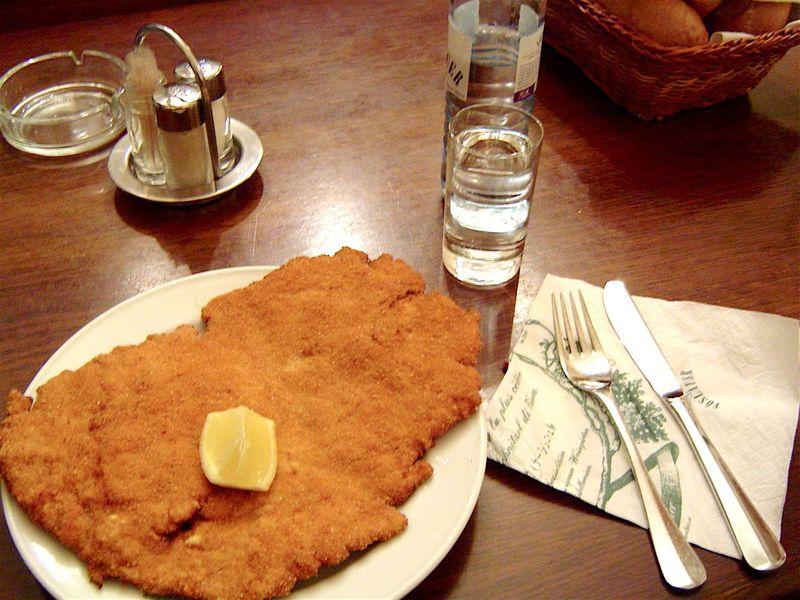 驚愕サイズ!老舗「フィグルミュラー」でウィーン風カツレツを食べよう