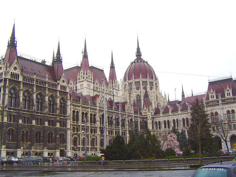 ブダペストの世界文化遺産地区に立つ美しすぎる国会議事堂!