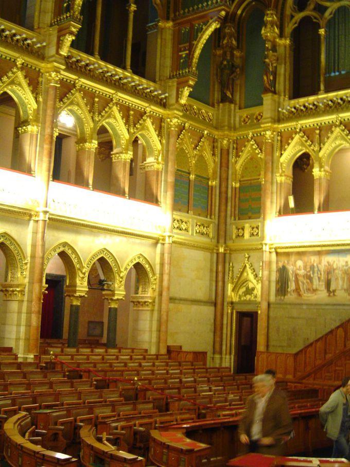 内部の装飾は外部とは全く異なる圧巻の黄金色の荘厳さ!