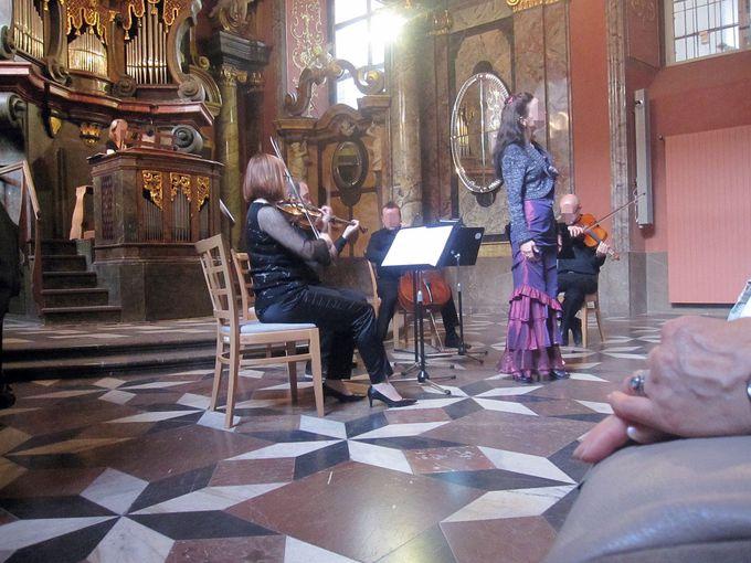 クレメンティヌム内の礼拝堂「鏡の間」でクラシック音楽鑑賞