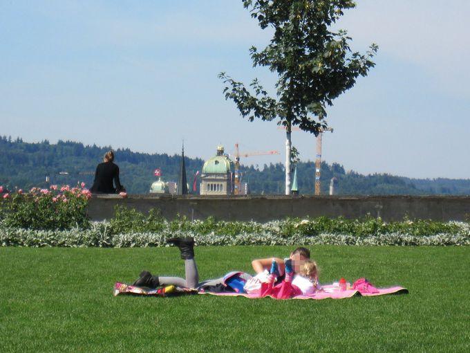 サンドイッチなどを買って芝生の上でピクニック!
