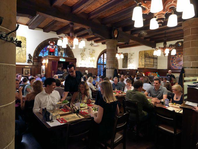 チューリッヒの名物レストラン「ツォイクハウスケラー」でランチ