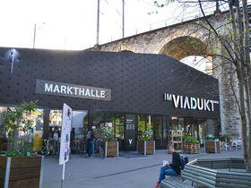 チューリッヒ新興地区の屋内市場&フードコート「マルクトハレ」