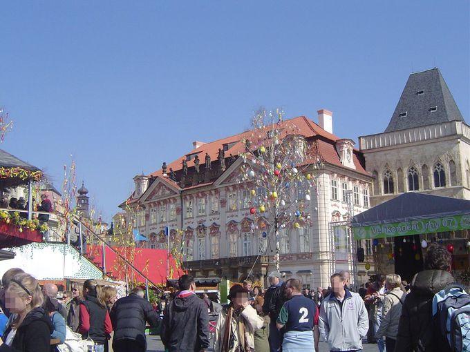 世界遺産地区の旧市街広場に広がるマーケット