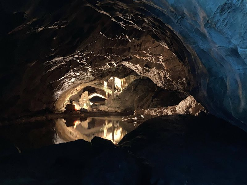 スイス・インターラーケン郊外の湖畔に潜む「聖ベアトゥス鍾乳洞」