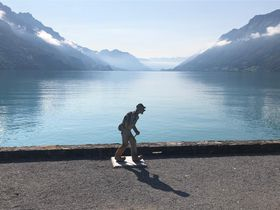 スイス・インターラーケン郊外「ブリエンツ湖」沿いの遊歩道を散歩