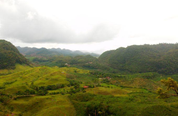 現地マヤ族の村を通り抜け…