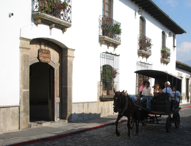 世界遺産「アンティグア・グアテマラ」。馬車に乗ってヨーロッパ建築の街を散策!