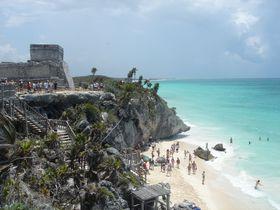 メキシコ「トゥルム遺跡」、真っ青なビーチに造られた古代建造物