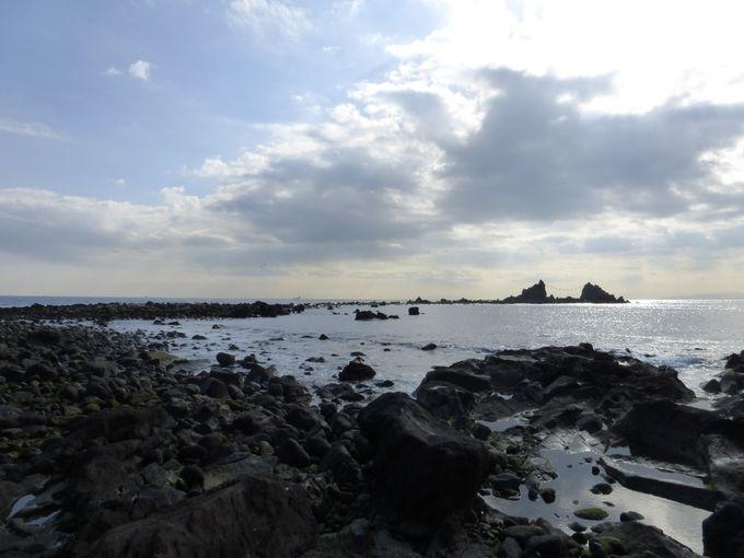 遊歩道を降りて三ツ石海岸を散策してみよう