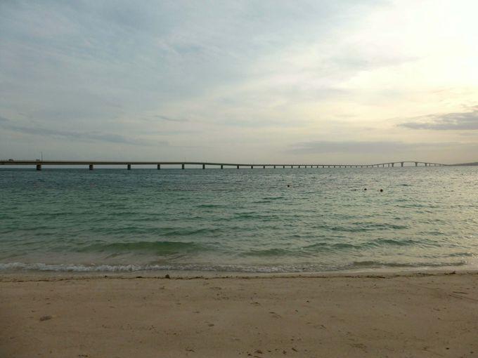 宮古島側のトゥリバーサンセットビーチから眺める伊良部大橋と美しい夕陽