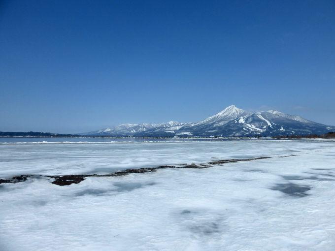 自然の氷の芸術×冬の磐梯山の絶景を楽しむ!天神浜