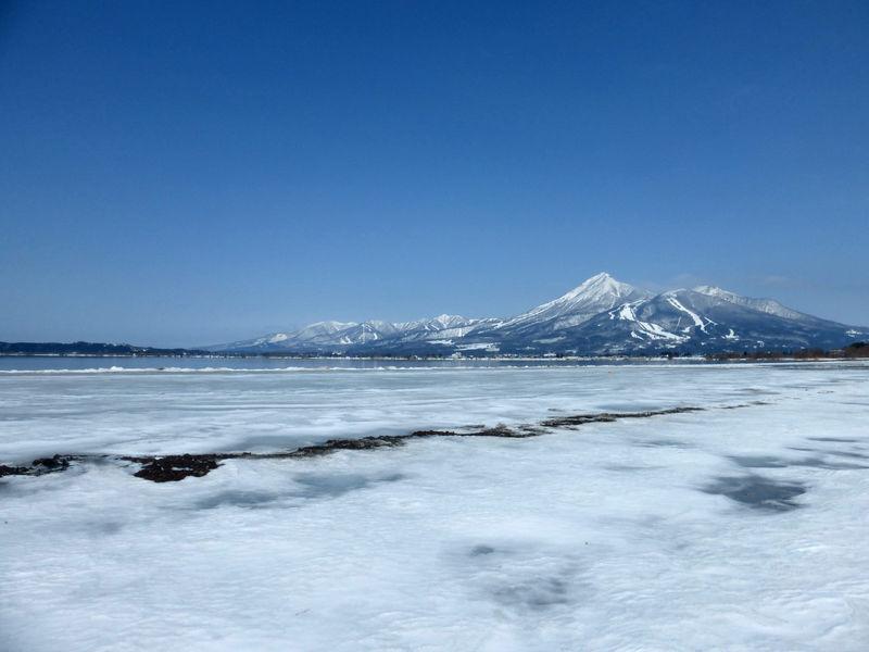 福島の名峰「磐梯山」を望む!冬の「猪苗代湖」周辺スポット3選