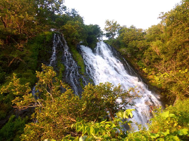 知床「オシンコシンの滝」は夕日の名所!?金色に輝くオホーツクの海!