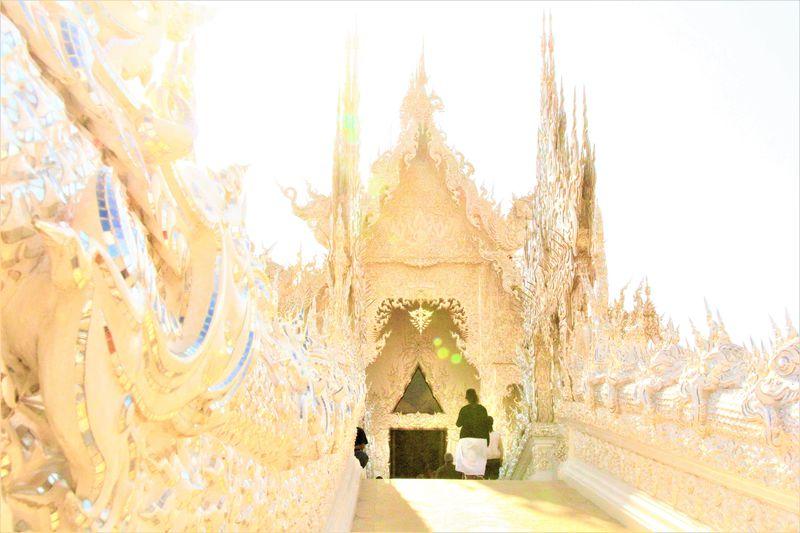 地獄の美!タイのホワイトテンプル「ワットロンクン」の白き微笑