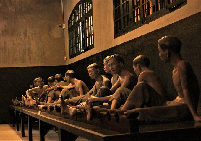 多くの人々が家畜以下の扱いに!集団房を再現する「ホアロー収容所」