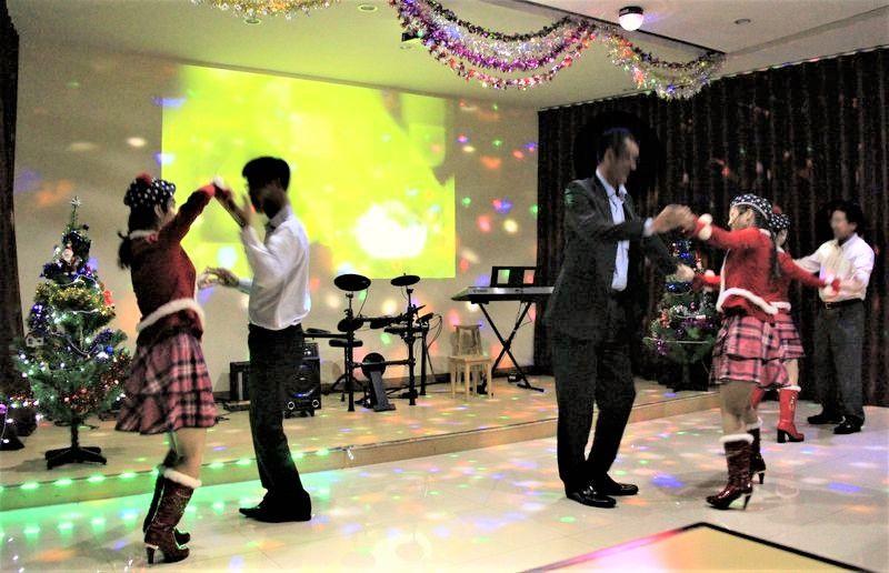 舞台から駆け降り、「ナイスみーちゅー!」 美女とのチークダンスも 「か、可愛いっ〜!」