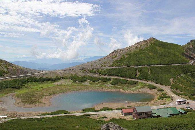 空の青さを映し出す畳平の鶴ケ池