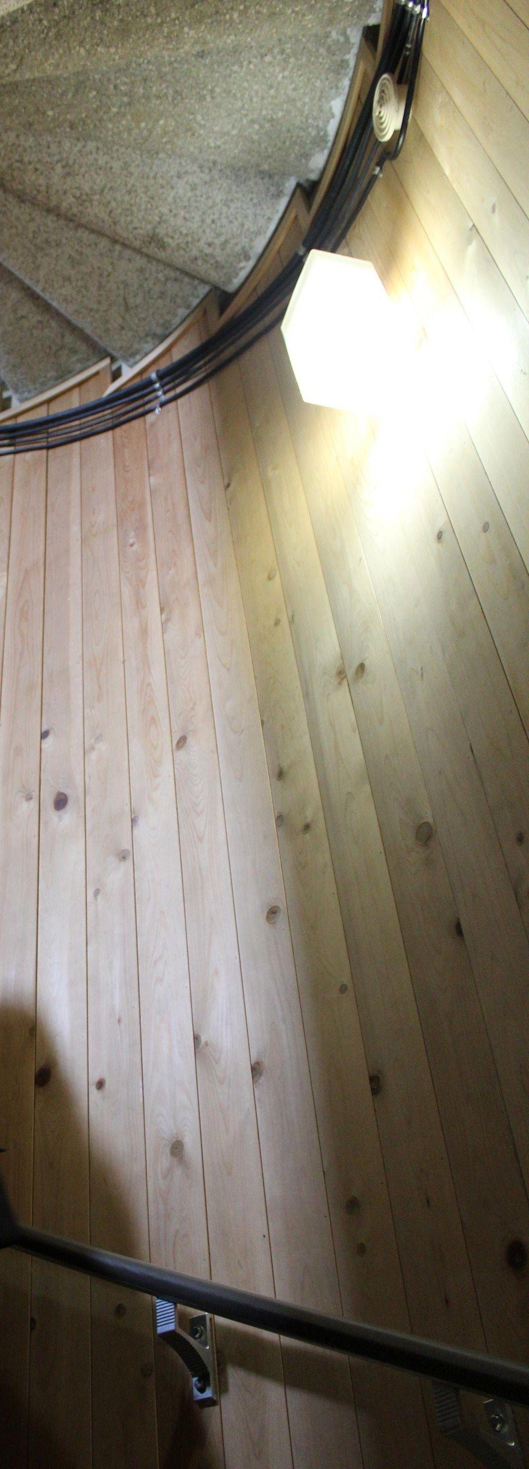 木の香りとぬくもりが感じられる68段のらせん階段