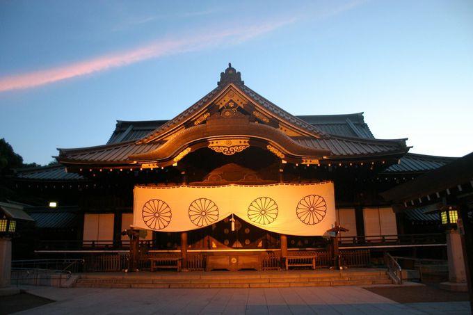 夕日を浴びて神々しく輝く靖国神社の拝殿