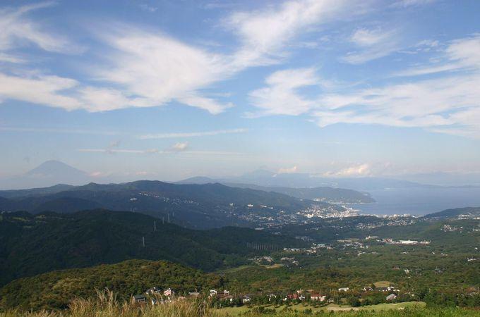 360度の大パノラマ!爽快な青空が広がる大室山の山頂