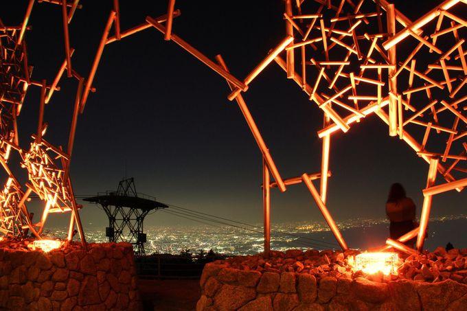 六甲山ホテルの近く、ヒノキの展望台「六甲枝垂れ」からの夜景もおススメ