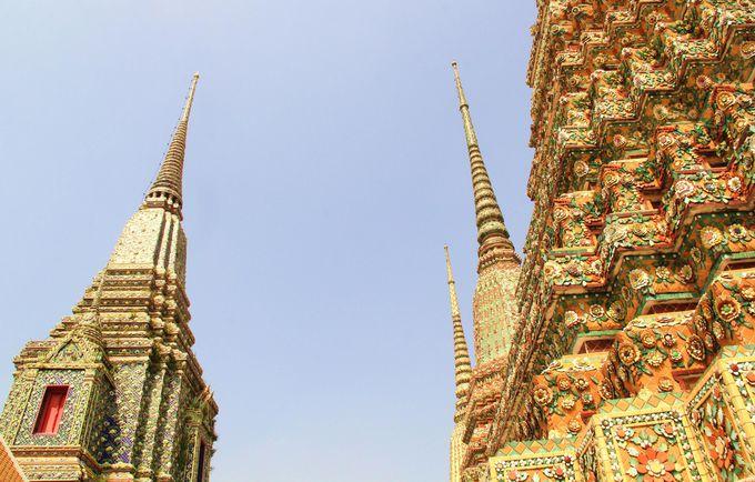空にそびえる個性的な4つの仏塔 歴代の国王が静かに眠る