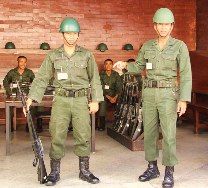 タイ国王は絶大なる人気!王宮では銃を手に兵士たちがしっかり警備!