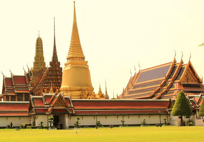 白亜の壁の向こうにそびえる3基の仏塔 実に華麗で美しい眺め!