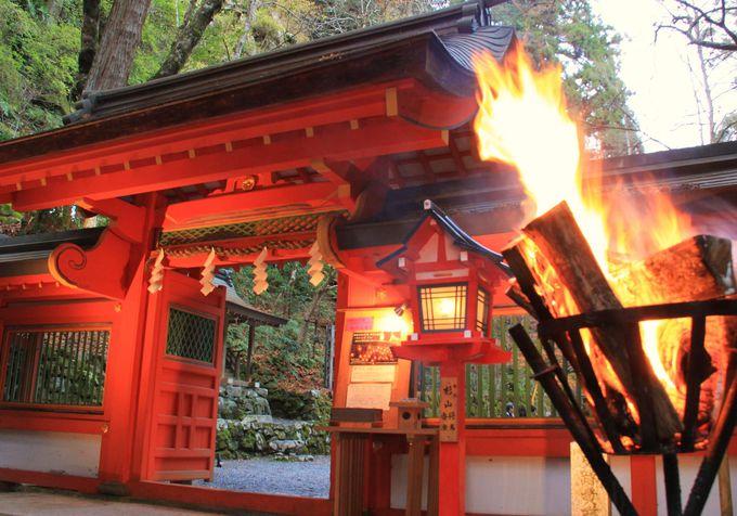 かがり火が紅葉の舞台をいっそう鮮やかに【貴船神社・奥院】