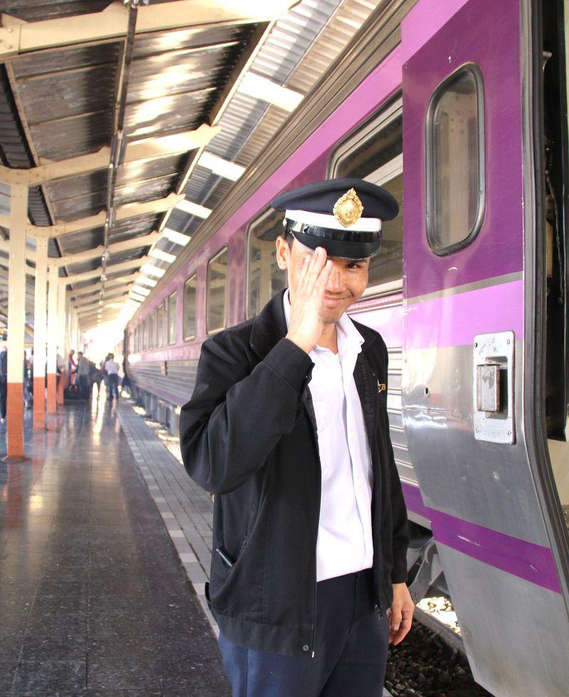 チェンマイ駅に到着!カッコいい車掌さんが爽やかな笑顔で敬礼!