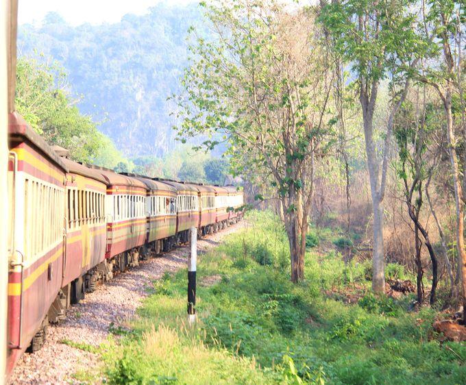 山河を越え、明るい木漏れ日を駆け巡る!タイの深夜特急は旅情たっぷり