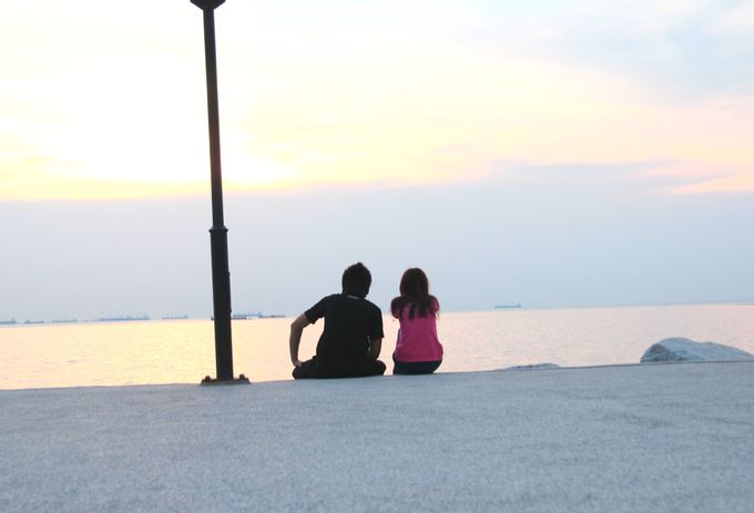 夕暮れの空。タイの若者たちが愛を語りあう