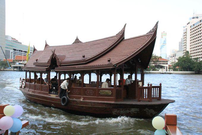 癒しへの旅は、タイ風の屋形舟に乗って