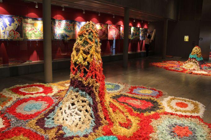 タイ・シルクをあしらったアートも美しい