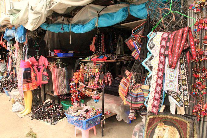 素朴な「モン族市場」。世界中のバイヤーたちも注目