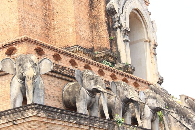 ゾウが支える仏塔。仏教の世界観を創出