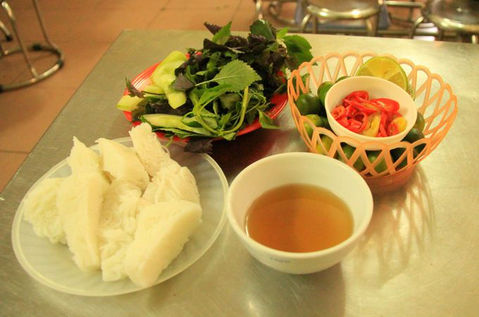 ベトナムの魚醤油につけて味わう