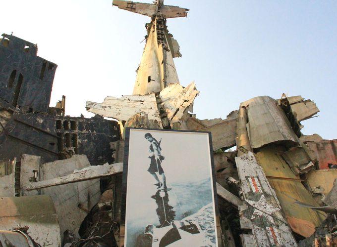 戦争の残骸を集めたオブジェ。女性兵士の写真が印象的
