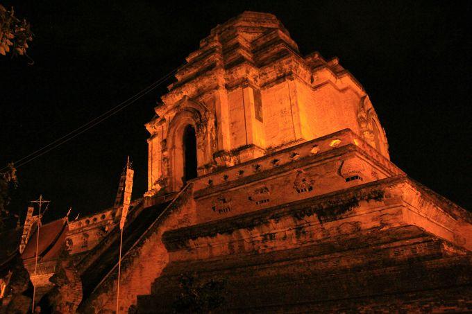 闇夜に愁いの表情を浮かべる巨大寺院
