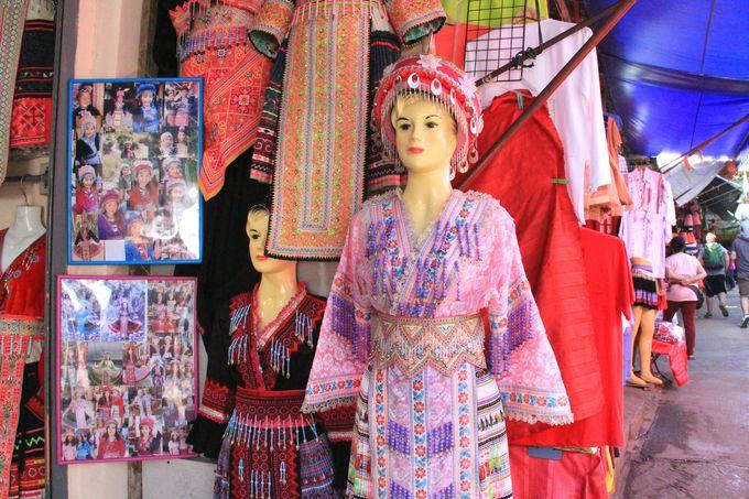 お土産もいっぱい!店頭に並ぶ色鮮やかな民族衣装