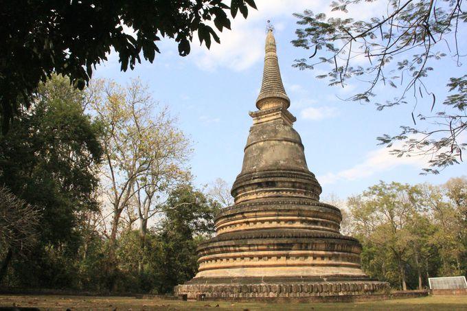 シンプルで古風な巨大仏塔。この真下に瞑想トンネルが…
