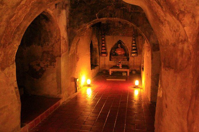 赤い闇に浮かぶ仏像、京都にも通じる「侘」「寂」の世界