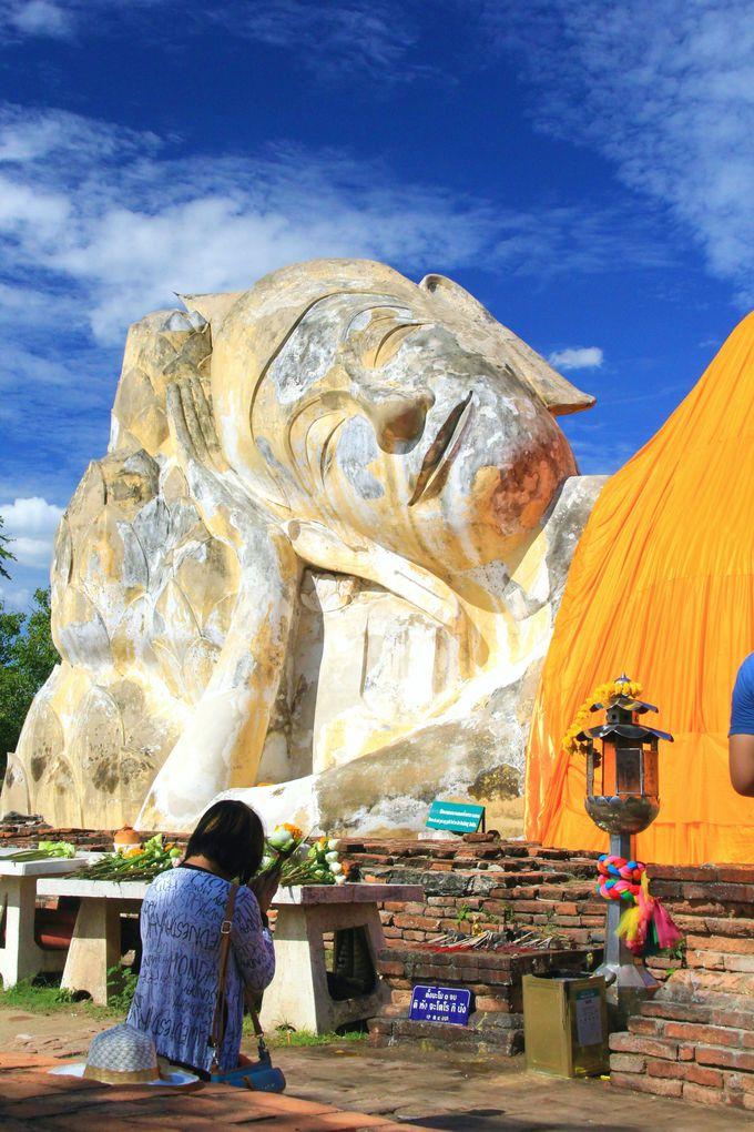 大草原に横たわる優雅な涅槃仏「ワット・ローカヤ・スター」