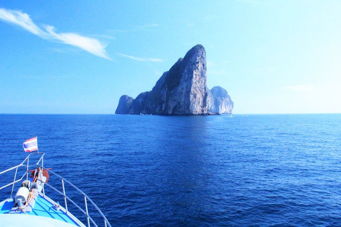 目の前に浮かぶ断崖絶壁の無人島「ピピ・レイ島」