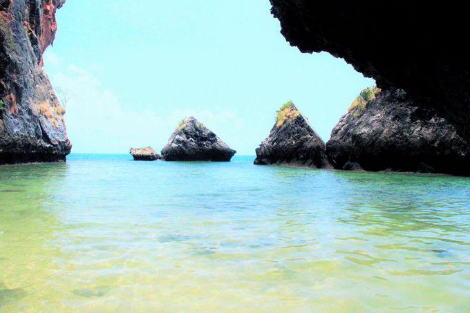 奇岩が並ぶ秘密の入り江!不思議な癒しの世界