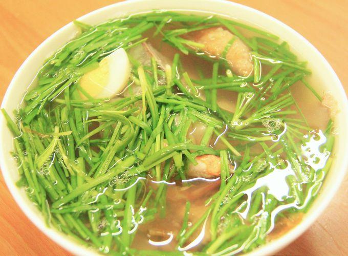 青草?がどっさり!ベトナム人に人気の海鮮ラーメン「ミーバンタン」