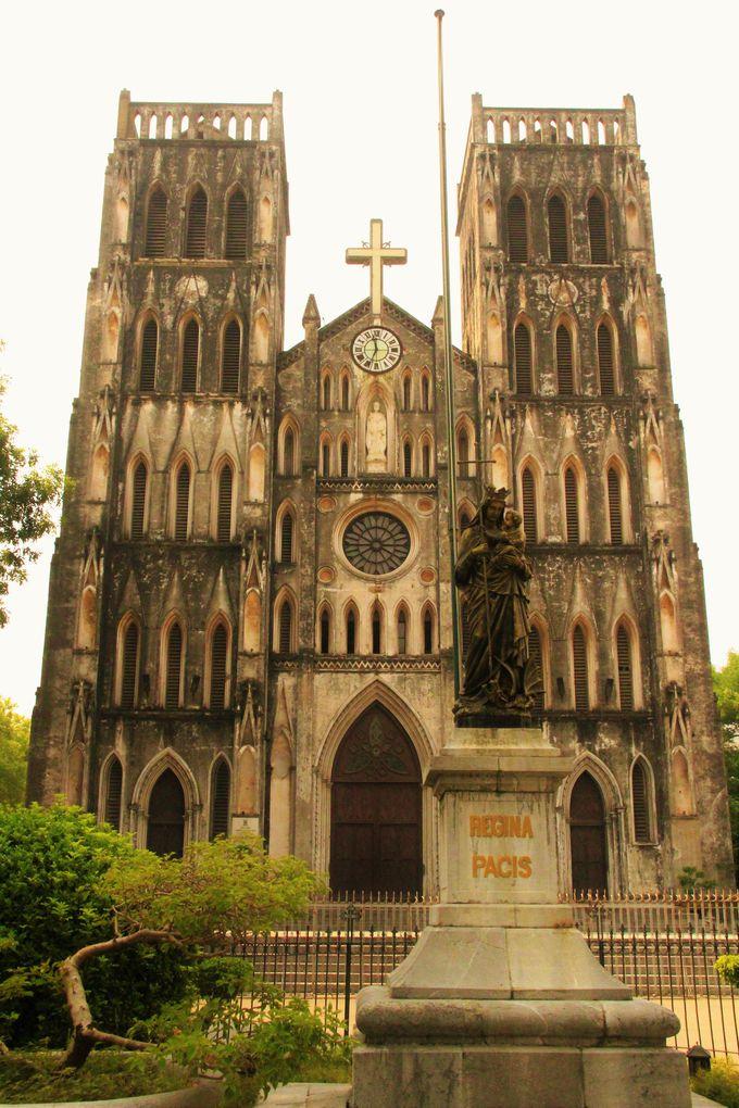 ネオゴシック式の「大教会」はハノイの観光スポット