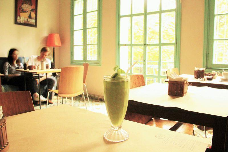 パリのカフェのようなお洒落な空間!絶品のスムージーでくつろぎタイム
