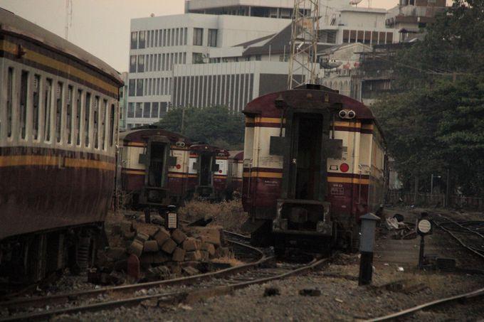 まるで列車の墓場!寂寥感にじむ大規模な車両基地